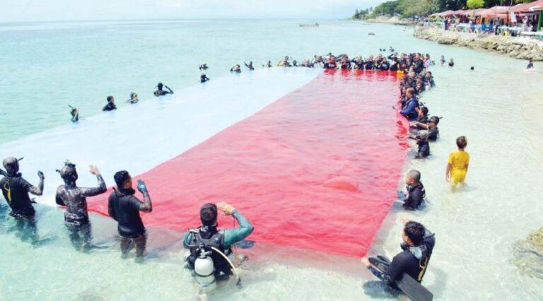 Bentangkan Merah Putih di Laut