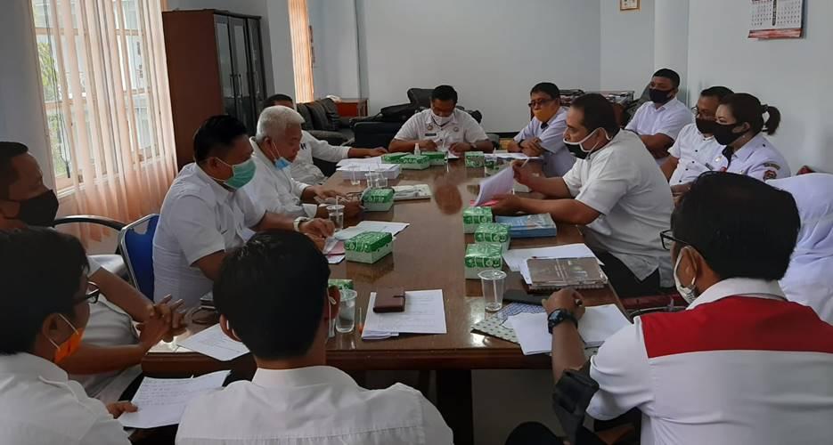 PERTEGAS PENDELEGASIAN KEWENANGAN: Asisten II Sekdakab, Alfian Djibran saat memimpin rapat terkait delegasi kewenangan camat, di kantor Bupati Banggai, pekan lalu. [FOTO:BUDI/HARIAN LUWUK POST]