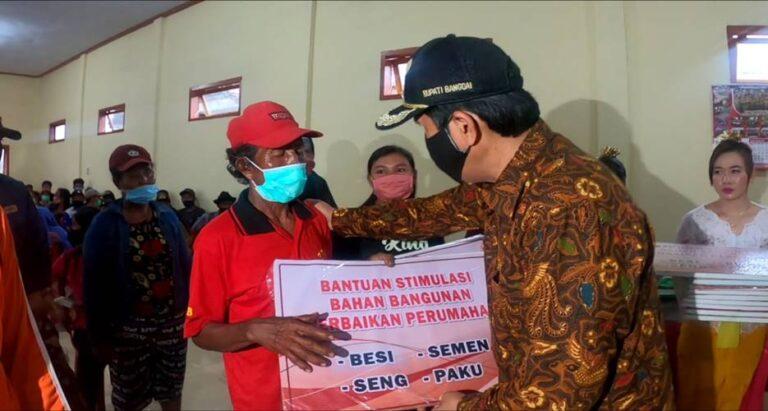 Tingkatkan Kualitas Hidup Masyarakat, Herwin Yatim Salurkan 100 Unit BSPS