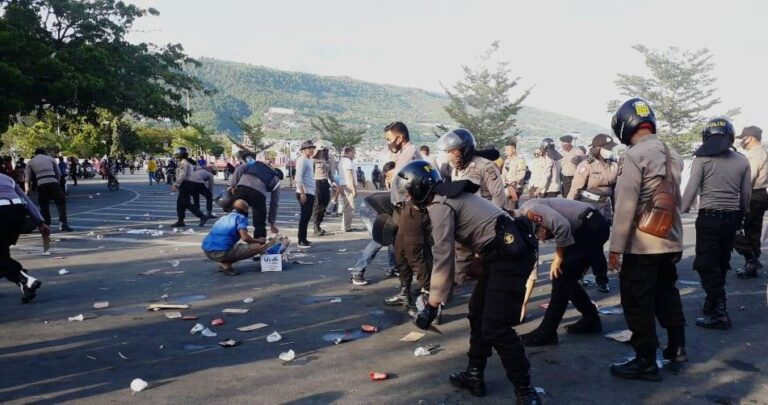 Usai Aksi, Polisi dan Warga Pungut Sampah Berserakan