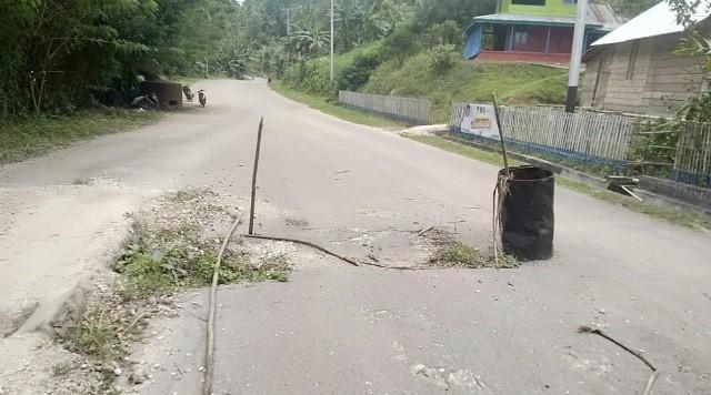 Jalan Jalur Dua Lokotoy Mulai Rusak
