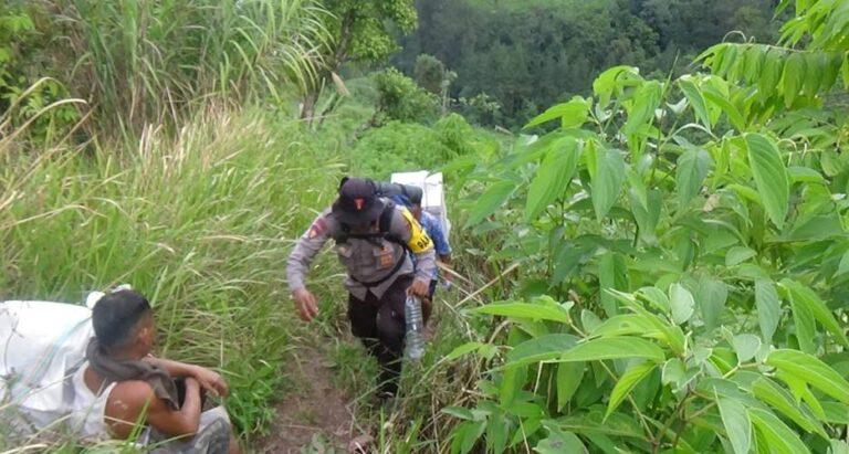 Jalan Kaki 8 Jam, Lewati Hutan, Nyebrang Sungai dan Mendaki Gunung