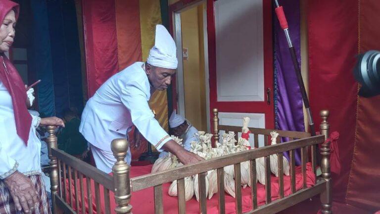 Merawat Tradisi, Menjaga Jarak