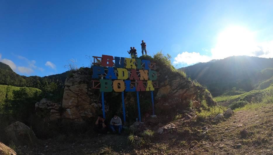 PACU PEREKONOMIAN: Sejumlah warga tengah menikmati wisata Padang Bolaa, Desa Lenyek, beberapa waktu lalu. [Foto: Istimewa]