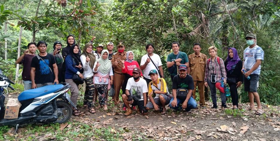 BERI APRESIASI: Dinas Pariwisata Banggai, bersama dengan pemerintah Kecamatan Luwuk Selatan, saat mengunjungi wisata Uwe Bahuk yang terletak di Kelurahan Hanga-Hanga, Selasa (19/1). [Foto: Istimewa]