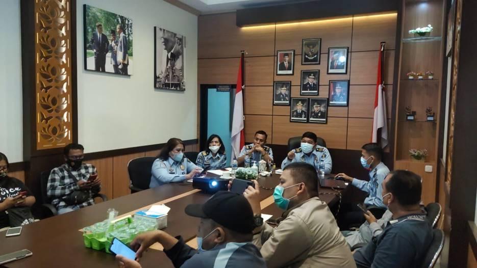 KONFERENSI PERS: Imigrasi Kelas II Non TPI Banggai menggelar konferensi pers, Senin (8/2). [Foto: Istimewa]