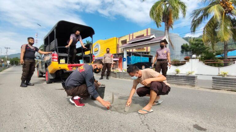 Peduli Keselamatan Pengendara, Sabhara Polres Banggai Perbaiki Jalan Berlubang di MT. Haryono