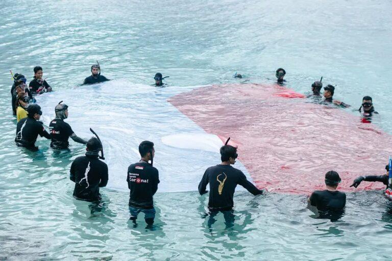 Peringati Kemerdekaan Indonesia, Freedive Kibarkan Merah Putih di Laut Kilo 5